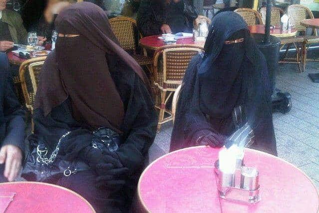 Deux femmes en niqab au Fouquet's