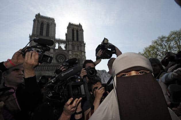 Kenza Drider au rassemblement contre la loi anti-niqab
