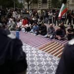 Musulmans attendant le sermont du vendredi