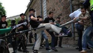 Nationalistes Bulgares agressant des fidèles musulmans