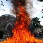 Feu devant la mosquée de Sofia