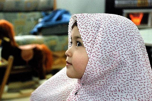 Une petit fille portant le hijab
