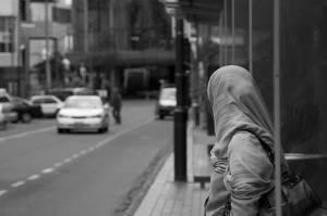 Femme en hijab attendant le bus
