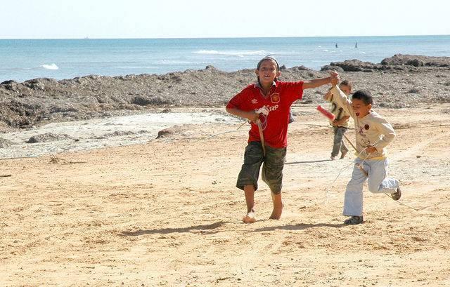 Enfants sur la place en Tunisie