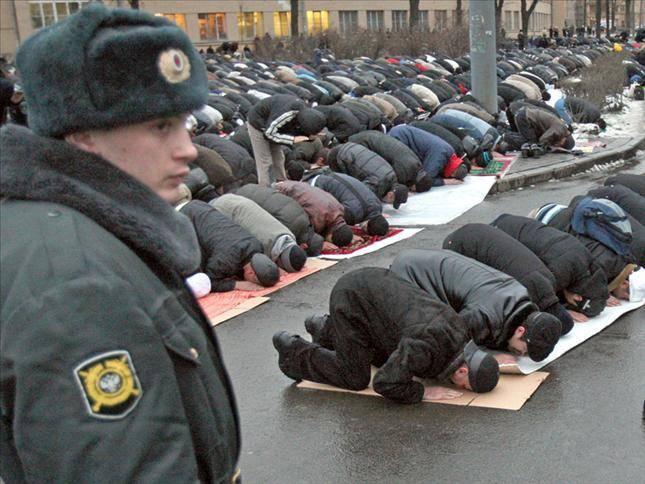 Musulmans de Russie priant dans la rue