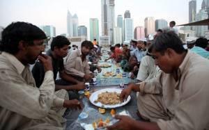 Ouvrier aux Emirats durant l'Iftar