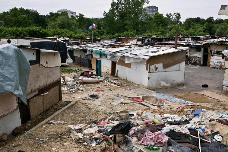 Démantèlement de camps de roms: Manuel Valls sur les traces de Sarkozy