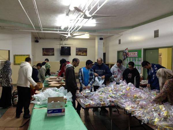 Musulmans préparant des pack repas pour les victimes de Sandy