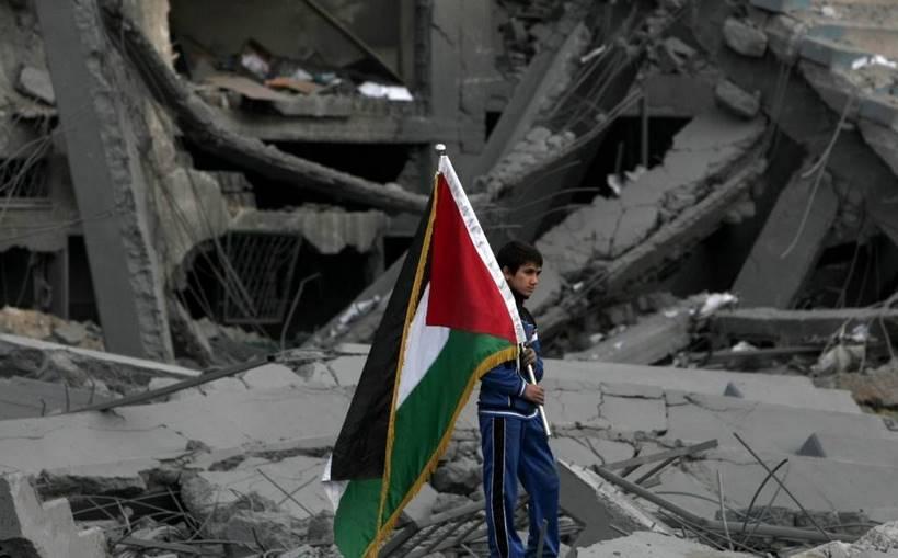 Enfant sur les décombres du Palestine Stadium à Gaza