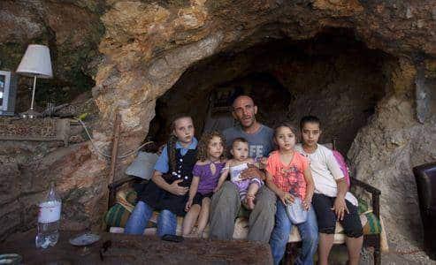 famille palestinienne vivant dans une grotte