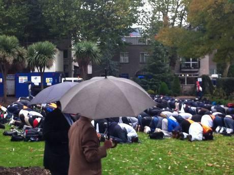 Londres priere sous la pluie