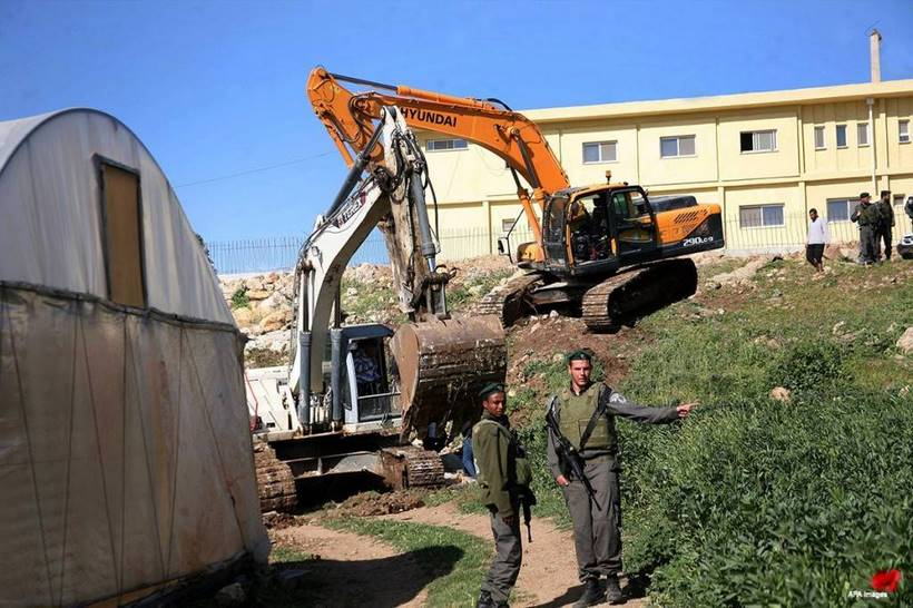 Israeli-bulldozers-destroying-houses-hebron
