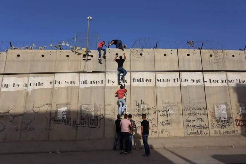 Ramadan à Gaza : ils escaladent le mur pour la prière du vendredi à Al Aqsa
