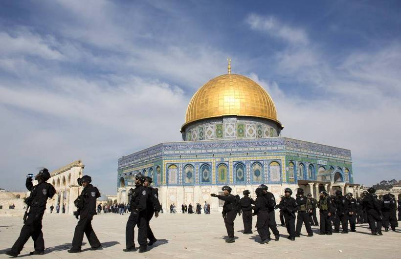 Israeli riot policemen stand outside the Dome of the Rock mosque during clashes with Palestinian stone-throwers (unseen) following Friday prayers at Jerusalem's al-Aqsa mosque compound, on February 7, 2014. Jerusalem sees regular clashes between Palestinians and police at the compound that houses the Al-Aqsa and Dome of the Rock mosques in the Old City. AFP PHOTO/AHMAD GHARABLI