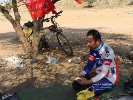 Muhammad part à la mecque en vélo