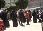 Lors des examens scolaires, les mamans attendent leurs fils, à la sortie du collège