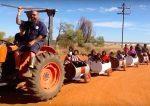 [VIDÉO] Idée de génie : un train-tonneau comme moyen de transport pour les élèves de l'école Rawa