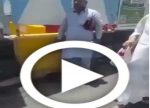 Action & générosité : de jeunes saoudiens volontaires distribuent des sandales aux pèlerins