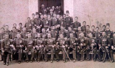La délégation turque, les membres d'équipage de la frégate Ertuğrul, posent avec des soldats japonais lors de leur visite au Japon sur cette photo non datée.